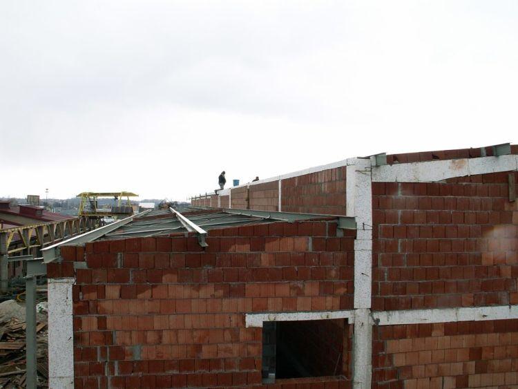 Dach stalowy w budynku murowanym