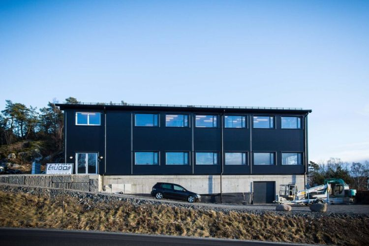 Płyty warstwowe w kolorze czarnym na hali w Norwegii